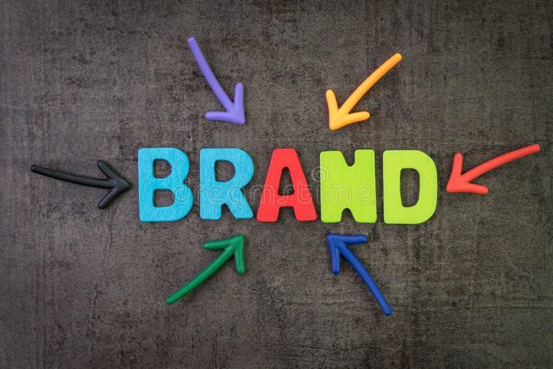 Marca, vendita o pubblicità per promuovere società o concetto di valore del prodotto, multi frecce di colore che indicano la marc immagine stock libera da diritti