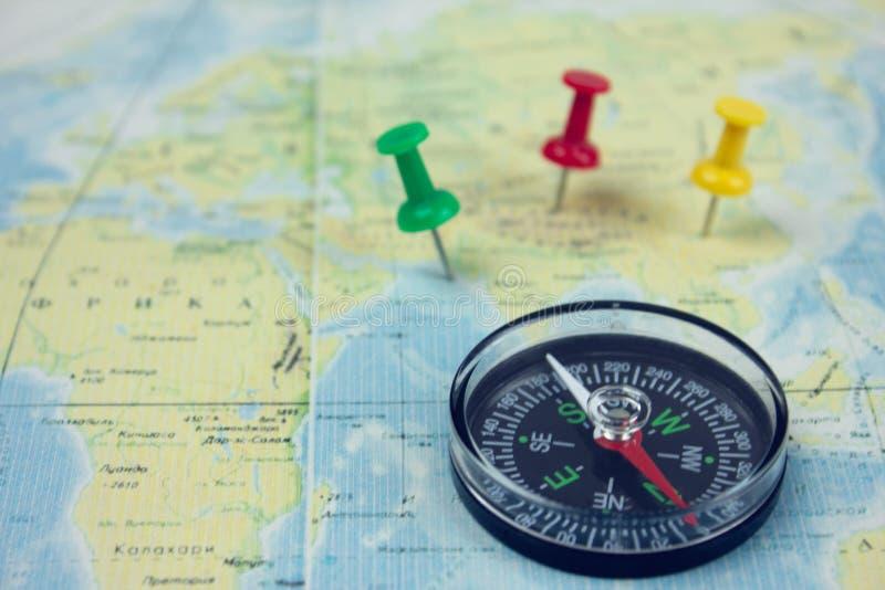 Marcado en el mapa con marcas y una brújula fotos de archivo