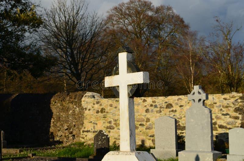 Marcador grave de piedra en el cementerio de Adare fotos de archivo