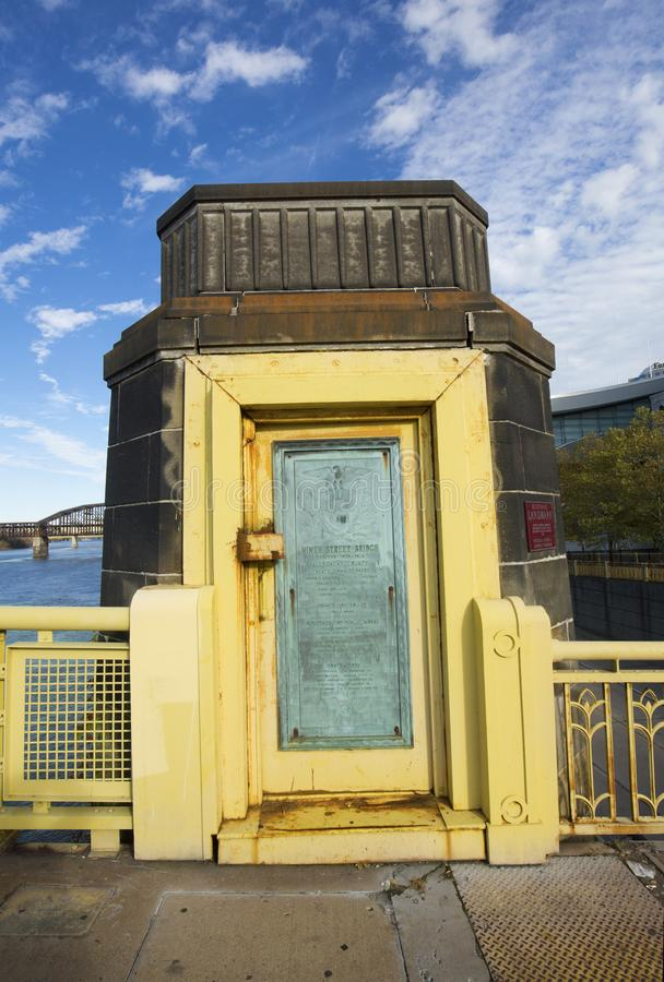 Marcador histórico en un pilar de Rachel Carson Bridge, Pittsburgh, Pennsylvania imagen de archivo libre de regalías