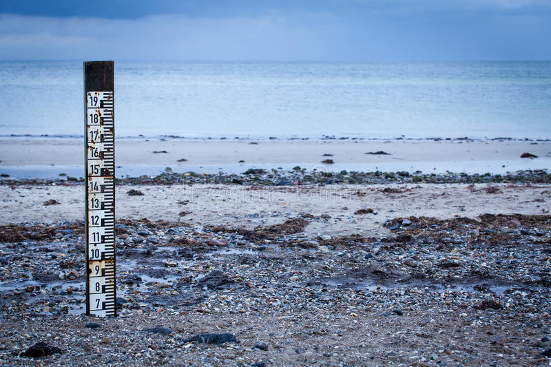 Marcador maré para medir a profundidade da maré alta foto de stock