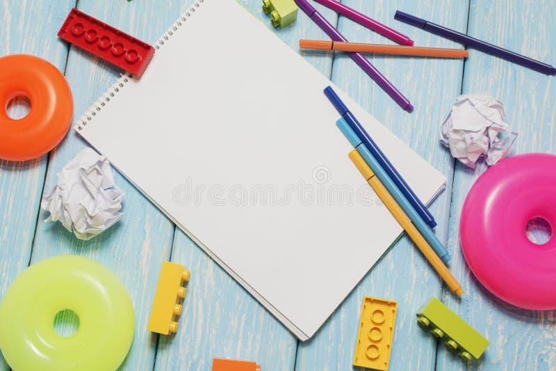 Marcadores coloreados y una hoja del Libro Blanco Muchos cubos multicolores imágenes de archivo libres de regalías
