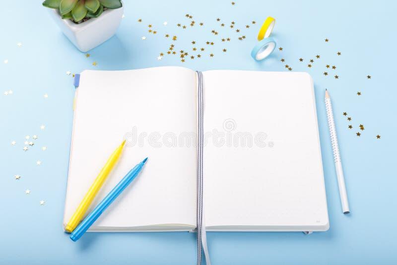 Marcadores coloridos do diário aberto foto de stock