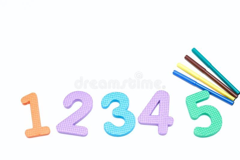 Marcadores coloridos en el fondo blanco con números coloreados los marcadores de los niños para dibujar Copie el espacio La visió fotos de archivo