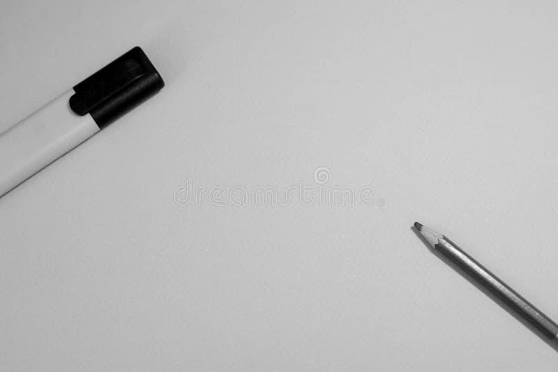 Marcadores em um fundo marrom imagens de stock