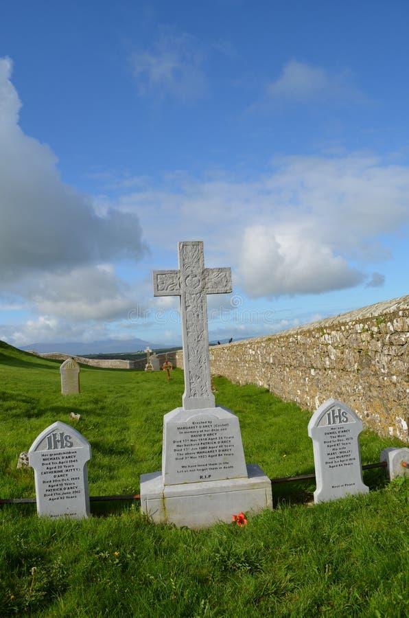 Marcadores graves en el cementerio en la roca de Cashel fotos de archivo