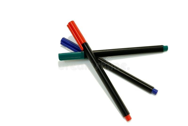 Marcadores vermelhos, azuis e verdes da caneta com ponta de feltro isolados no fundo branco imagens de stock royalty free