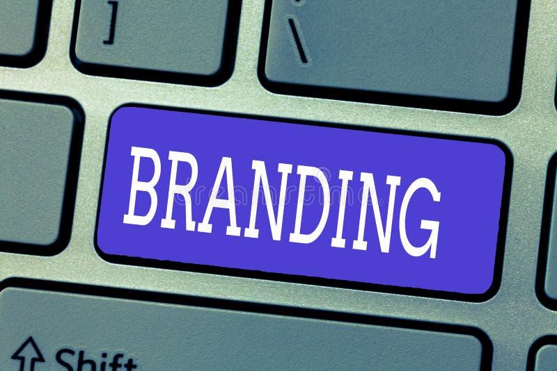 Marcagem com ferro quente do texto da escrita O significado do conceito atribui a marca a algo a estratégia de marketing do negóc ilustração royalty free