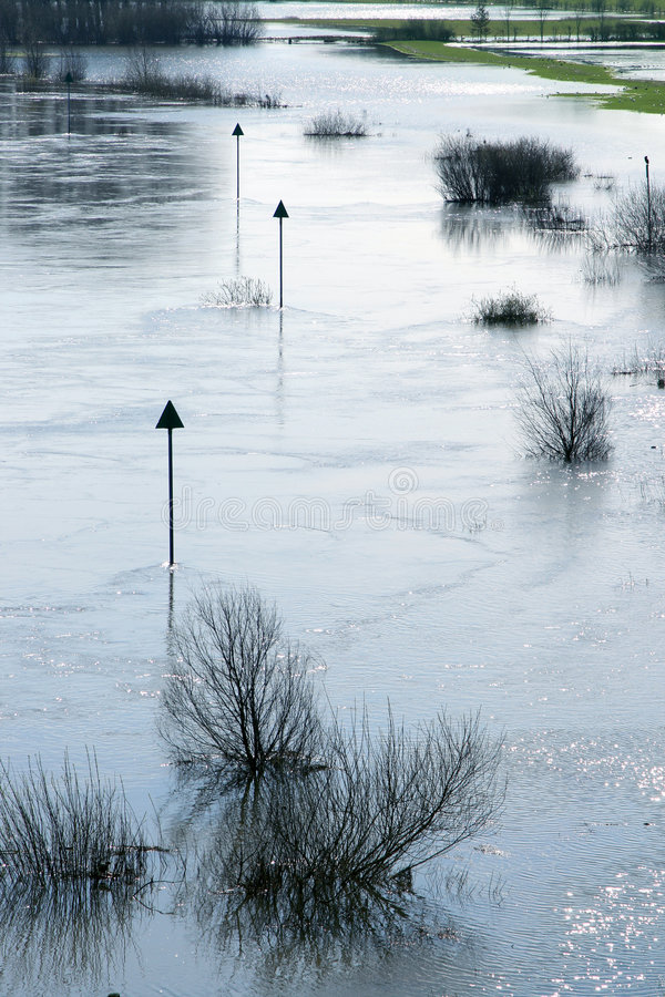 Marcando a via navegável durante a inundação fotos de stock