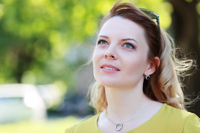 Marcare a caldo personale di colpo in testa biondo della donna fotografie stock libere da diritti