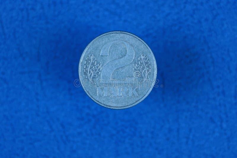 marcas alemanas blancas de la moneda dos en fondo azul foto de archivo