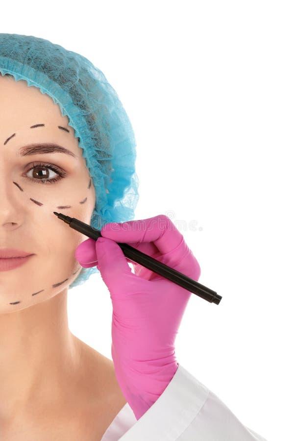 Marcas de dibujo del doctor en la cara de la mujer Cirug?a cosm?tica foto de archivo