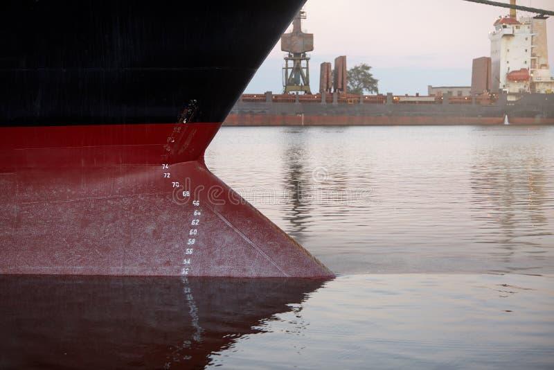 Marcas de esboço em um navio - a linha de flutuação numera na curva e na proa de uma embarcação no porto fotos de stock royalty free