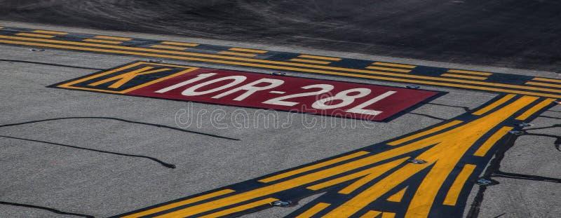 Marcas de la pista en San Francisco International Airport imagen de archivo libre de regalías