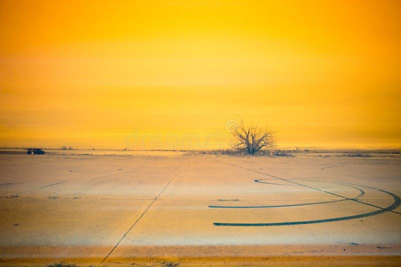 Marcas de resbalón con infrarrojo amarillo del cielo imágenes de archivo libres de regalías