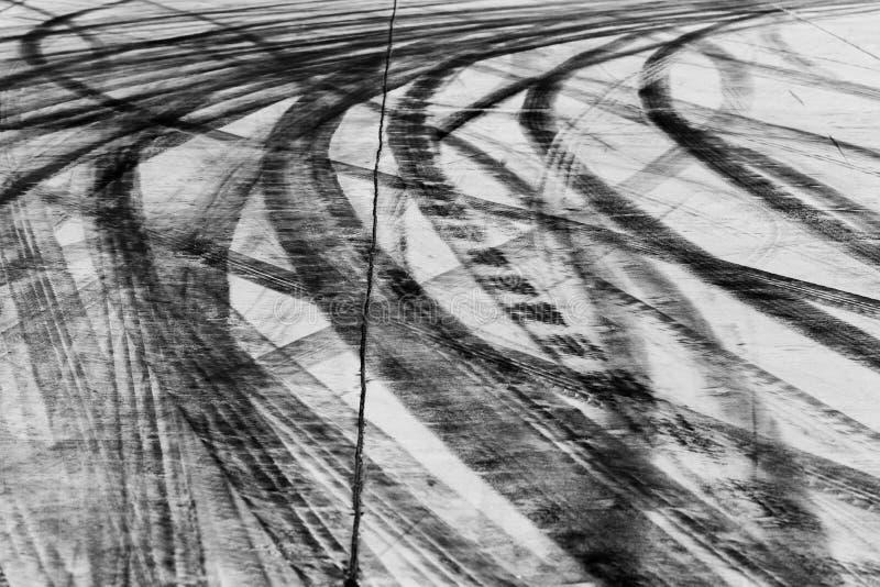 Marcas de resbalón en superficie de la carretera imágenes de archivo libres de regalías