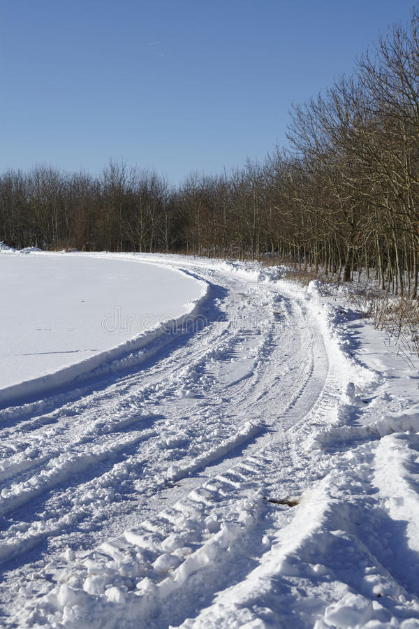 Marcas de resbalón en un snowscape fotografía de archivo libre de regalías