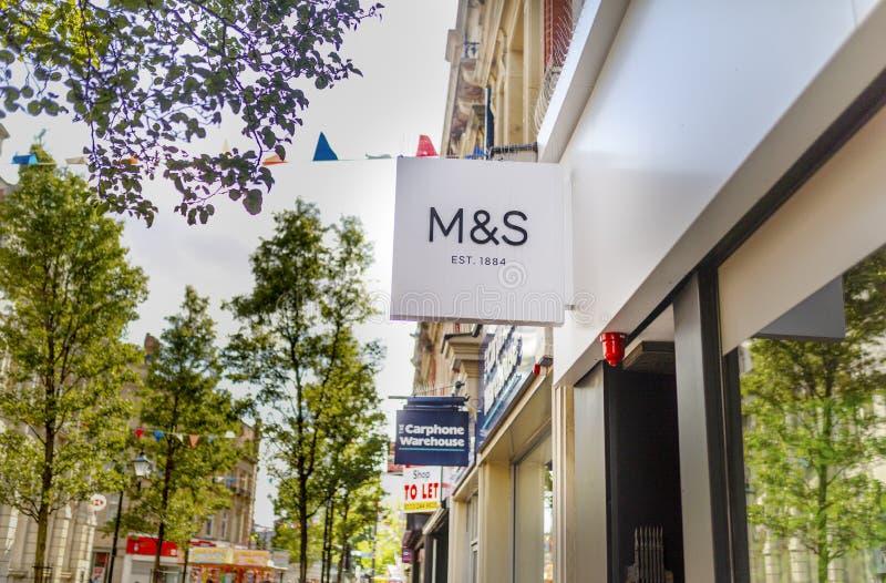 Marcas y chaqueta de punto, M&S, Doncaster, Inglaterra, Reino Unido, tienda e foto de archivo