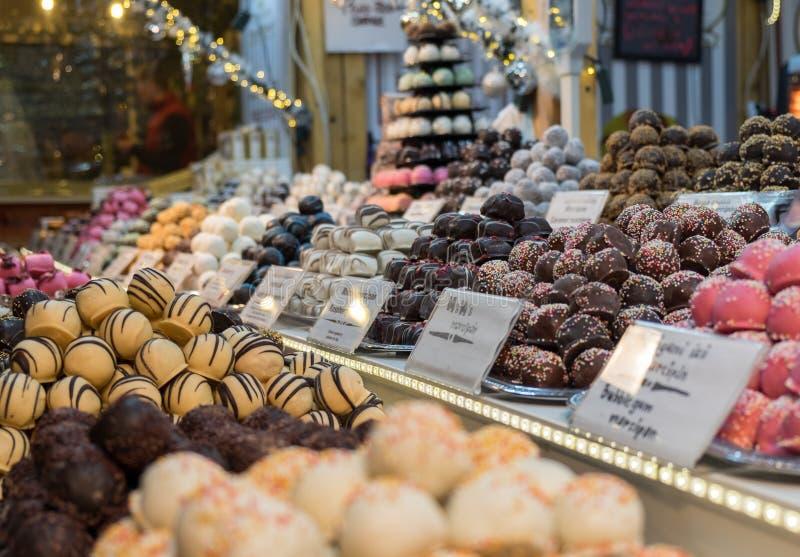 Marcepanowi i czekoladowi cukierki przy boże narodzenie tradycją wprowadzać na rynek przy b zdjęcie royalty free