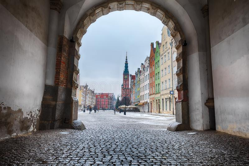 Marché à terme, une rue européenne célèbre de Danzig, vue de la porte verte image libre de droits