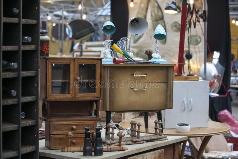 Marché Antic de Spitalfields vieille lampe de vintage dans le style des années '70 sur la table de chevet à vendre image stock