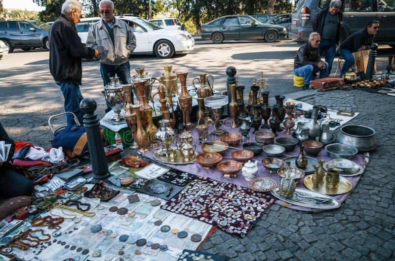 Marché aux puces avec des vendeurs et des clients, Tbilisi, la Géorgie images stock