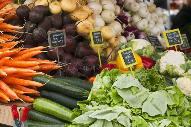 Marché avec le camion de jardin, les légumes, les fruits, les baies etc. photo libre de droits