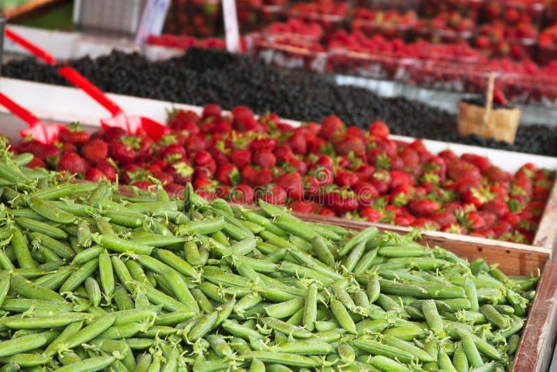 Marché avec le camion de jardin, les légumes, les fruits, les baies etc. photographie stock libre de droits