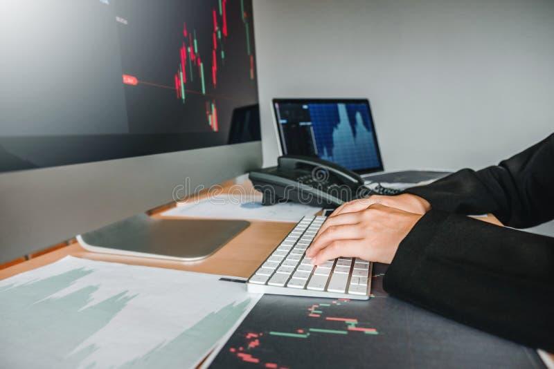 Marché boursier d'investissement d'affaire de femme d'affaires discutant le concept d'opérateurs en bourse de commerce de marché  photographie stock libre de droits