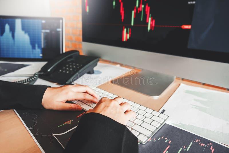 Marché boursier d'investissement d'affaire de femme d'affaires discutant le concept d'opérateurs en bourse de commerce de marché  images libres de droits