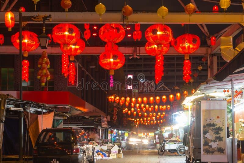 Marché chinois avec les lanternes rouges la nuit image libre de droits