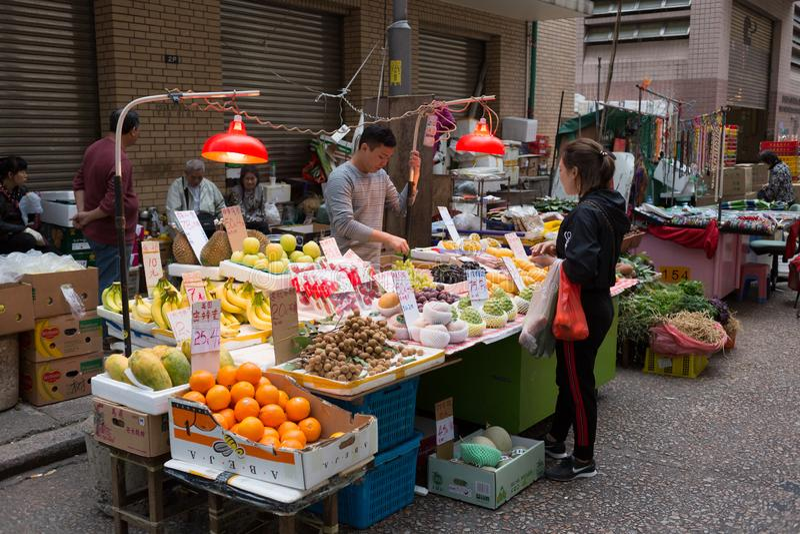 Marché chinois de nourriture dans Kowloon, Hong Kong images stock