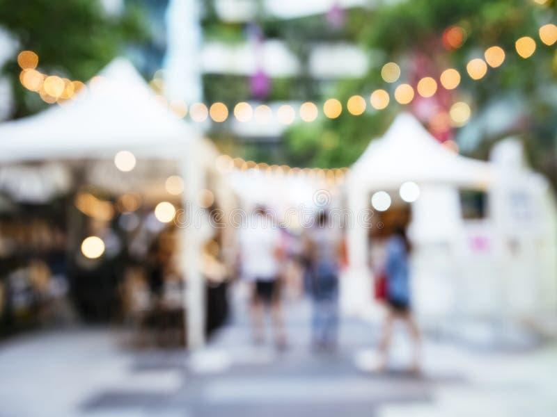 Marché d'événements de festival de tache floue extérieur avec des personnes images stock