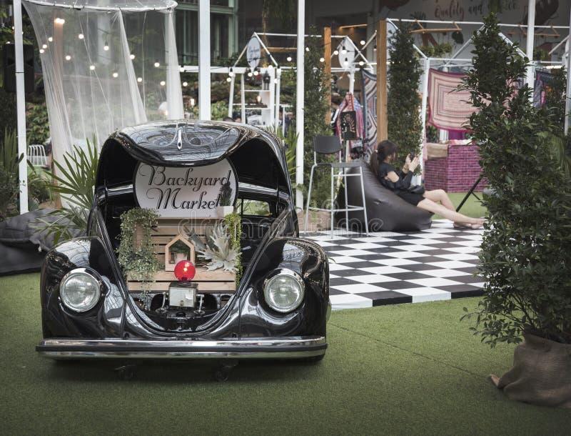 Marché d'arrière-cour de Docoration avec la vieille voiture sur le jardin image libre de droits