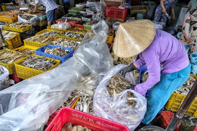 Marché dans mon Tho, Vietnam image stock
