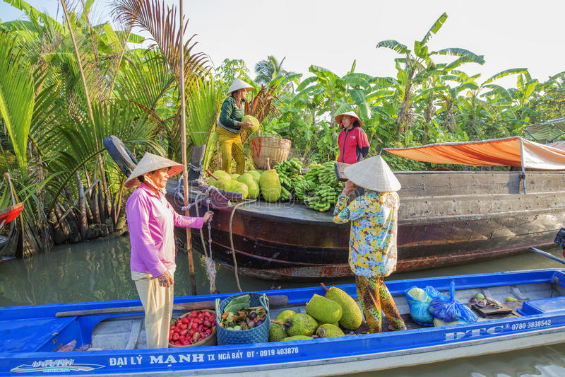 Marché de flottement de Phung Hiep aux carrefours de sept-manières (baie de Nga), Hau Giang photographie stock