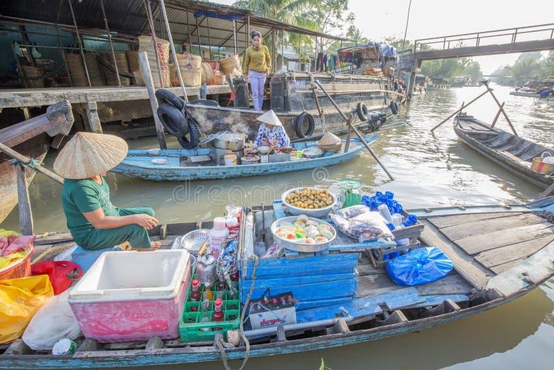 Marché de flottement de Phung Hiep aux carrefours de sept-manières (baie de Nga), ville de Can Tho, Tien Giang images stock