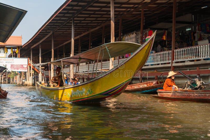 Marché de flottement de Mayom de laboratoire de Khlong Touristes de transport de bateau sur un marché de flottement photo stock