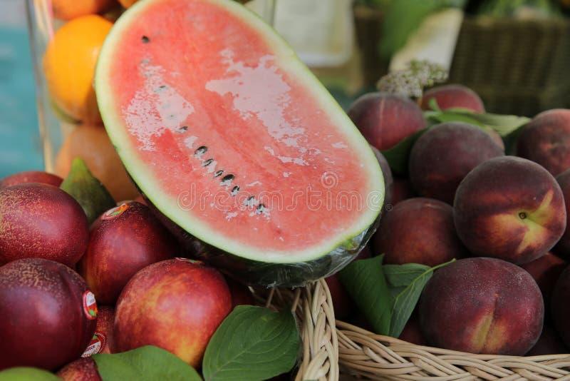 Marché de fruit Vente des pêches, nectarines, pastèques photo stock