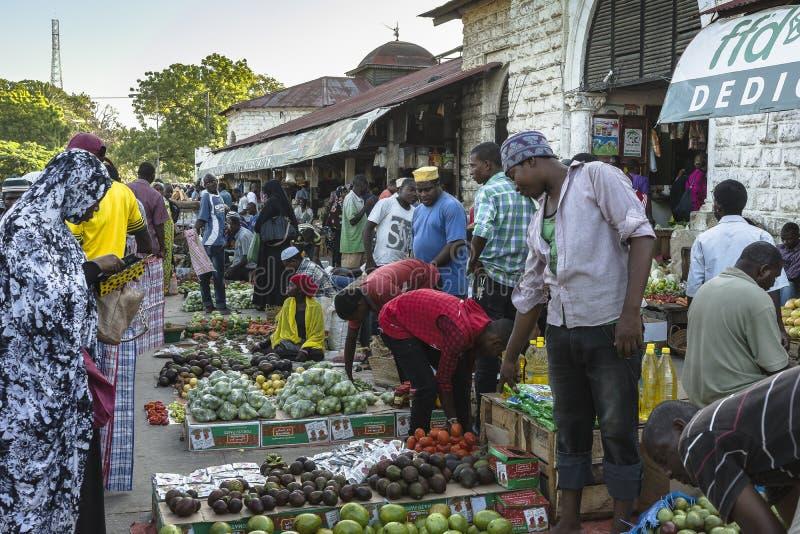 Marché de fruits et légumes images stock