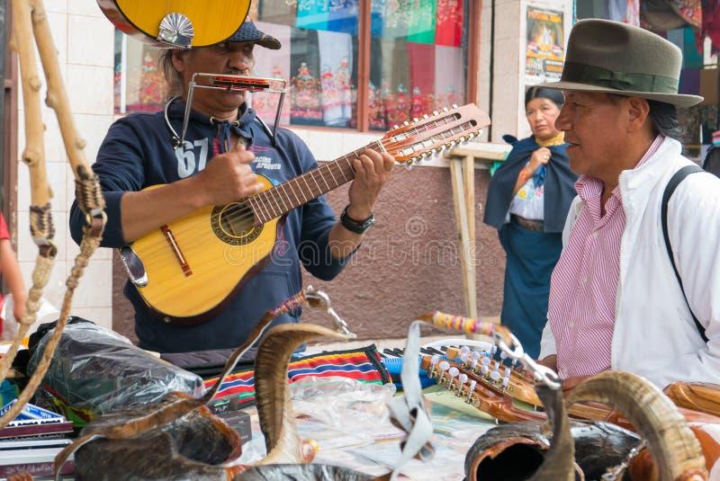 Marché de guitare de seize ficelles d'Otavalo Equateur image libre de droits