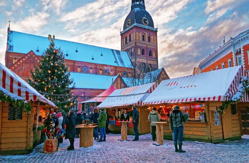 Marché de Hristmas à la place de dôme à vieux Riga (Lettonie) images libres de droits