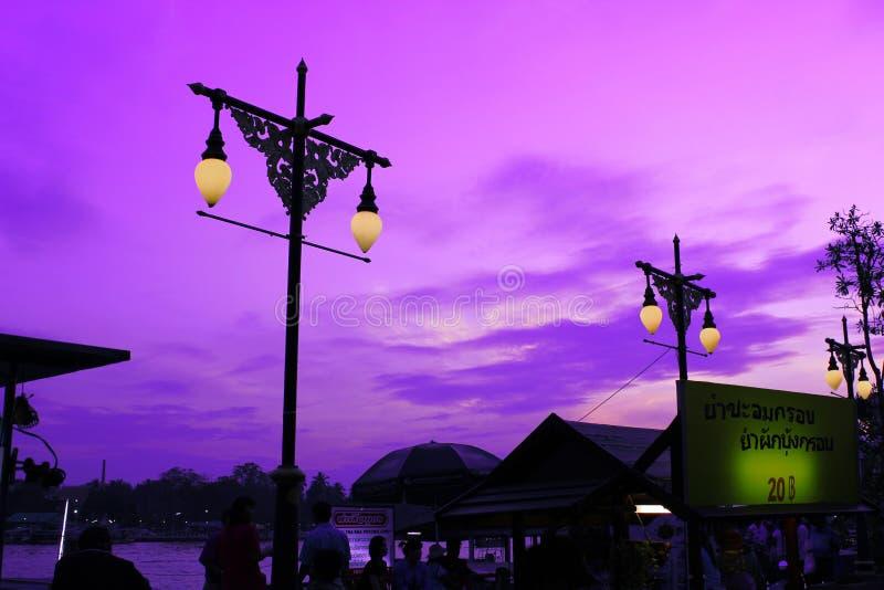 Marché de l'eau d'Amphawa la nuit image stock