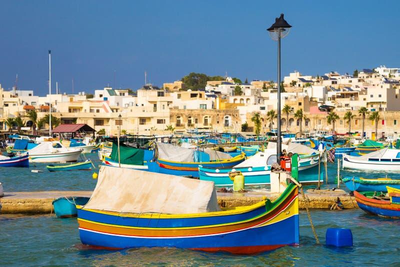 Marché de Marsaxlokk avec les bateaux de pêche colorés traditionnels de Luzzu, Malte photo stock