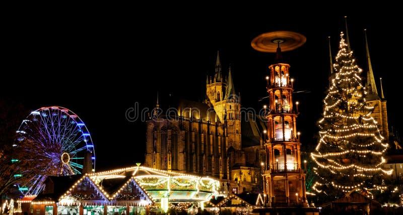 Marché de Noël à Erfurt avec la vue au-dessus de l'arbre de Noël et le pyramide à la cathédrale image stock