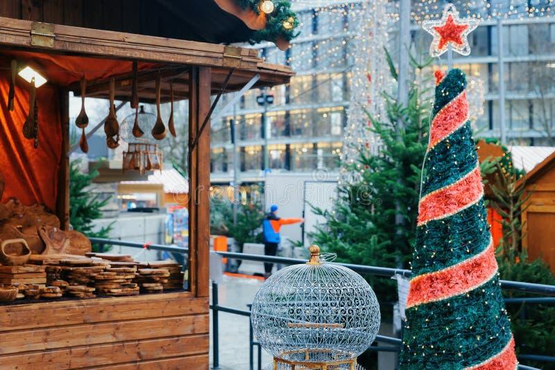 Marché de Noël chez Kaiser Wilhelm Memorial Church en hiver Berlin, en Allemagne Advent Fair Decoration et stalles avec des métie photos stock