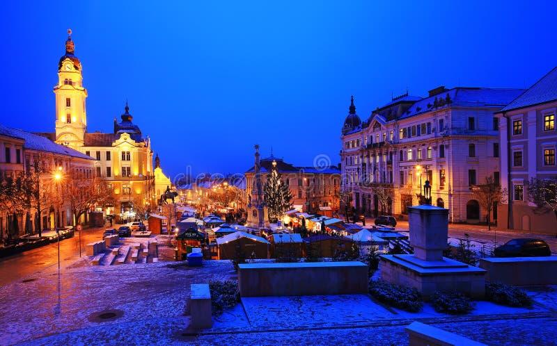 Marché de Noël la nuit à Pecs, Hongrie photo libre de droits