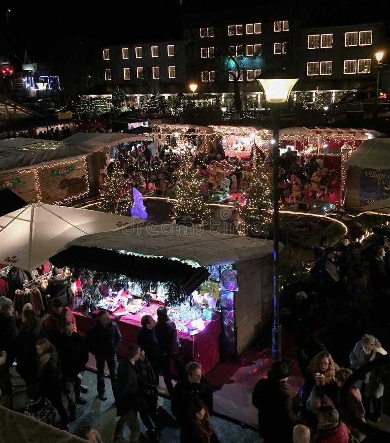 Marché de Noël la nuit photos stock