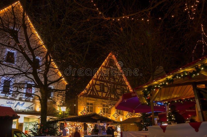 Marché de Noël - le Bavarois a illuminé la ville dans la soirée photos libres de droits