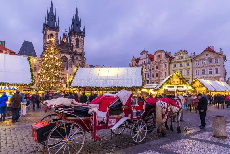 Marché de Noël de Prague la nuit dans la vieille place Tyn Chu photos libres de droits